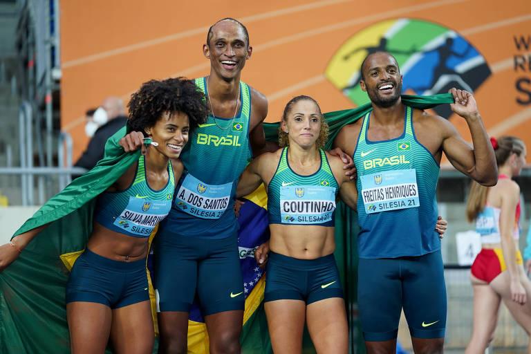 Tiffani (esq.) com a equipe do revezamento 4 x 400 m misto no Mundial de Revezamentos da Polônia, em maio