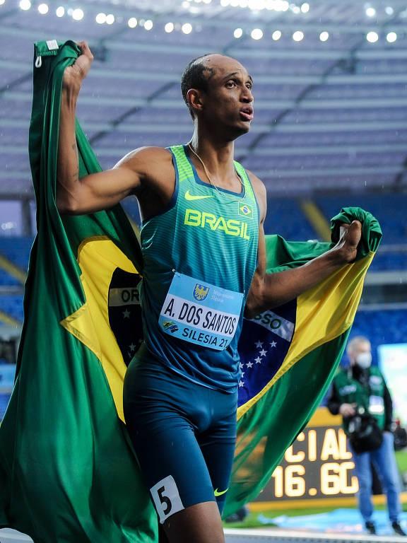Alison comemora carregando uma bandeira do Brasil