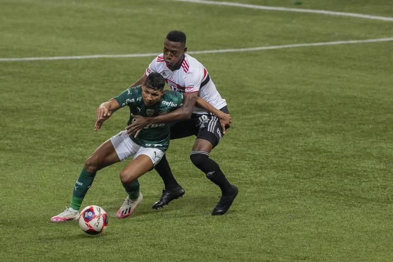 O palmeirense Rony é agarrado pelas costas pelo zagueiro são-paulino Léo em lance da final do Campeonato Paulista