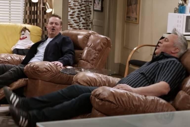 Bem mais velhos, os atores Matthew Perry e Matt LeBlanc reencontraram seus personagens Chandler e Joey