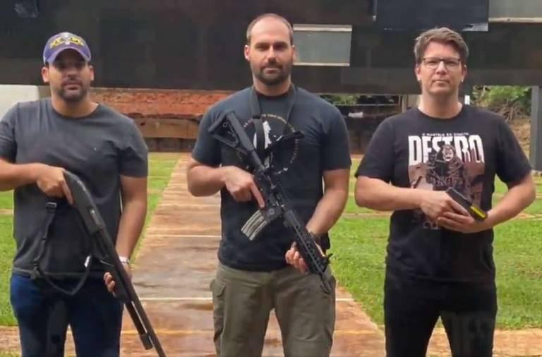 Mario Frias (dir.) fez aula de tiro no Bope com Eduardo Bolsonaro (centro), que disse que 'arma também é cultura'