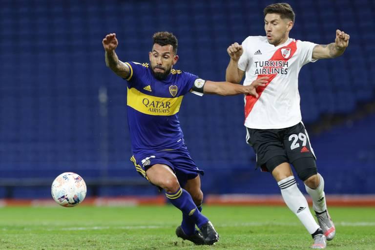 Carlos Tevez (à esq.), do Boca Juniors, e Gonzalo Montiel, do River Plate, disputam a bola em clássico disputado em Buenos Aires pelas quartas de final da Copa da Liga profissional