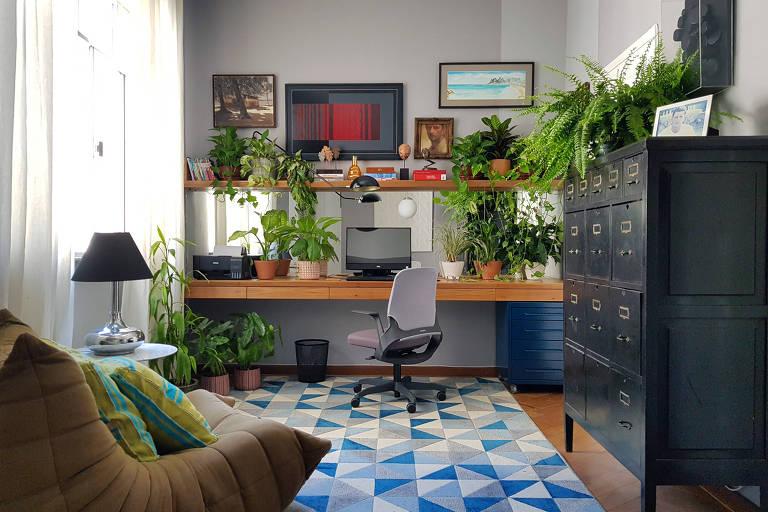 Home office desenvolvido pelo morador durante a pandemia em Copacabana, Rio