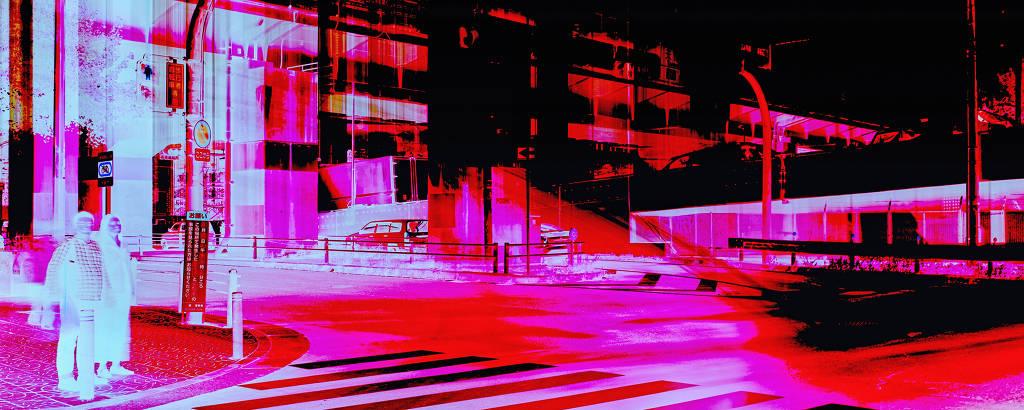 pessoas na rua em imagem com cores invertidas