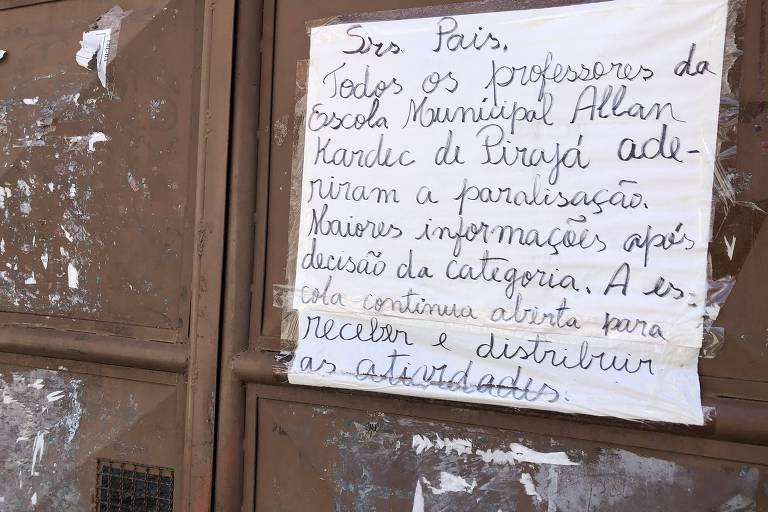 cartaz com alerta sobre paralisação de professores pregado no portão