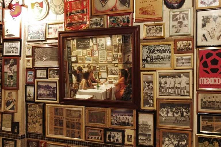 Decoração do bar São Cristóvão, que tem o futebol como tema