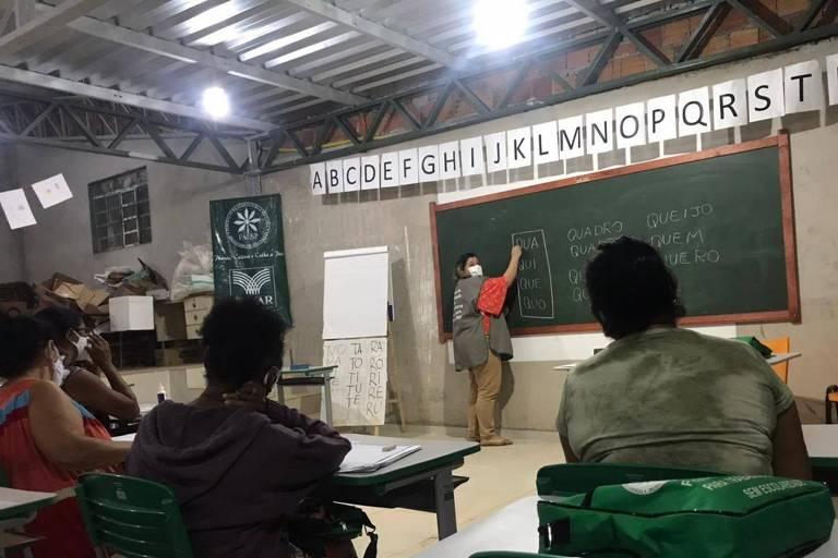 Projeto alfabetiza mães e avós em favela no interior de SP