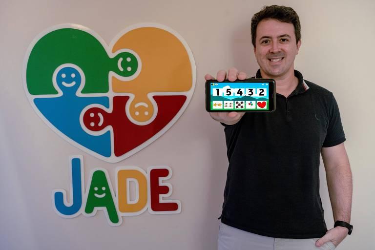 Ronaldo Cohin mostrando celular com o aplicativo Jade