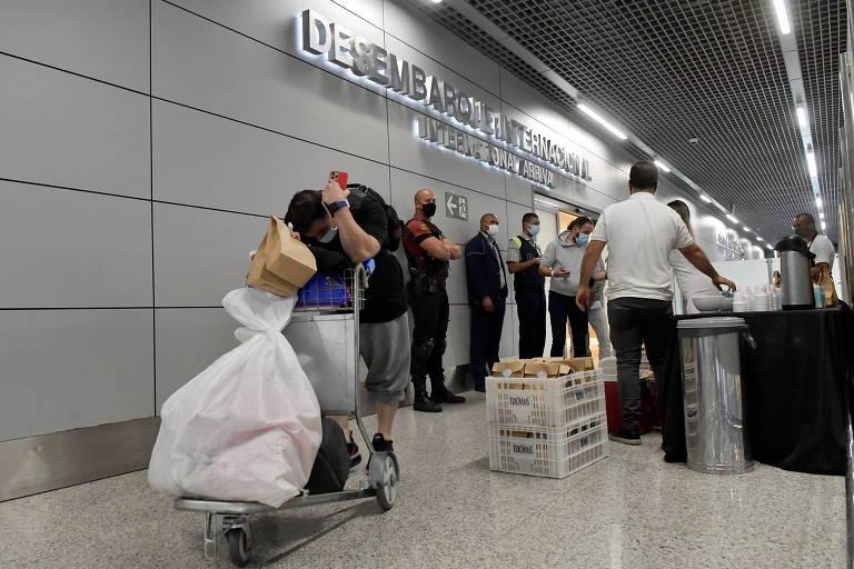 Primeiro voo com brasileiros deportados dos EUA na gestão Biden chega a MG