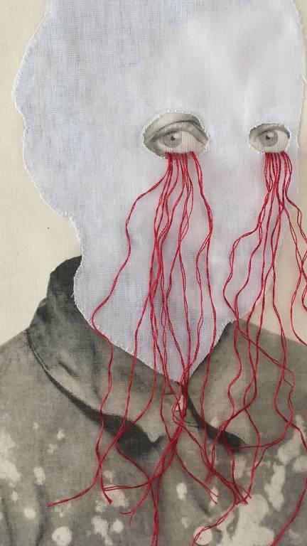 Ilustração de busto de uma mulher, a área da cabela é feita com um tecido branco, com furos mostrando apenas os olhos. Da base dos olhos saem vários fios vermelhos, simulando lágrimas.