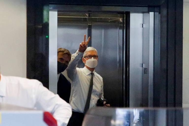 Presidente-executivo da Apple faz sinal de paz e amor antes de entrar no tribunal