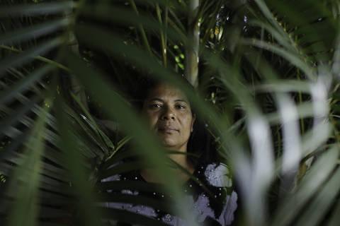 BRASÍLIA, DF, BRASIL, 05-05-2021, 15h00: Retrato de Cleusa Ribeiro Campos em sua casa na cidade de Samambaia para o especial sobre Exploração Sexual Infantil. (Foto: Raul Spinassé/Folhapress, Sup. Especiais) ***EXCLUSIVO FOLHA****