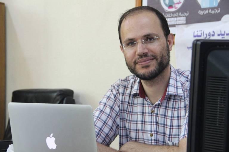 Refaat Alareer, PhD em literatura inglesa e professor de poesia e escrita criativa na Universidade Islâmica de Gaza