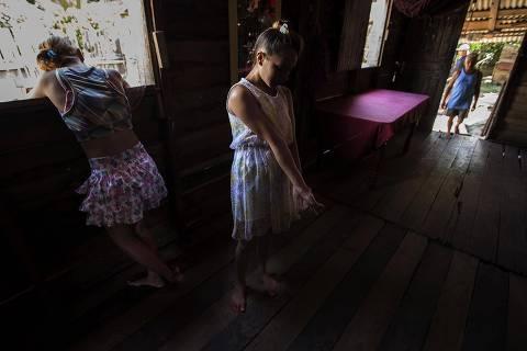 CAMETÁ, PA, 06.05.2017: EXPLORAÇÃO-INFANTIL - A menina M., que foi explorada sexualmente por um homem mais velho, seu vizinho, em Bom Jardim no município de Cametá (PA). (Foto: Marlene Bergamo/Folhapress)