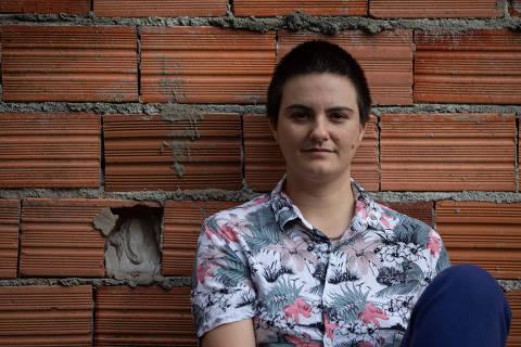 SAO PAULO, SP, 10.05.2021: ESPECIAL - EXPLORACAO - SEXUAL - INFANTIL - Foto de Natacha Orestes, 35, comunicadora, que sofreu abuso quando criança. Na foto, Natacha posa na casa dela, no bairro Vila Irmaos Arnoni, na zona norte de São Paulo. (Foto: Mathilde Missioneiro/Folhapress) **EXCLUSIVO FOLHA**