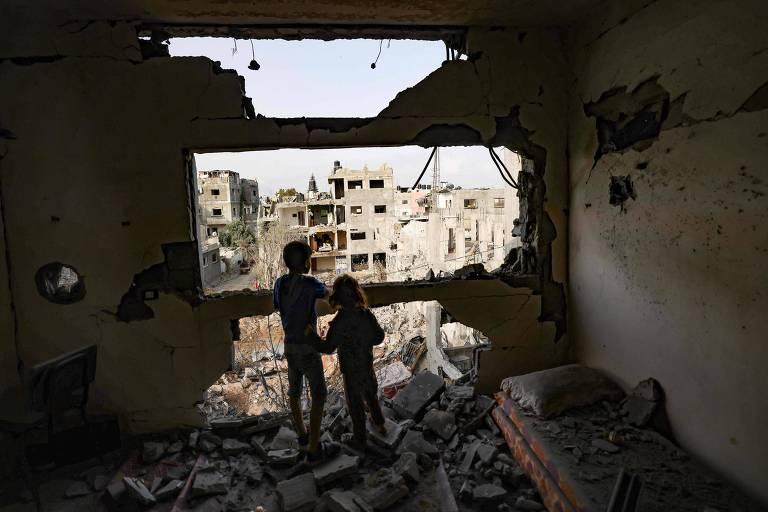 'Quando estamos sob bombas, sentimos que é o pior dia das nossas vidas', diz professor em Gaza
