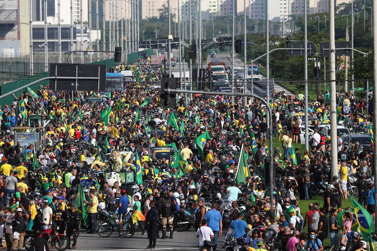 Bolsonaro faz passeio de moto no Rio e gera aglomeração