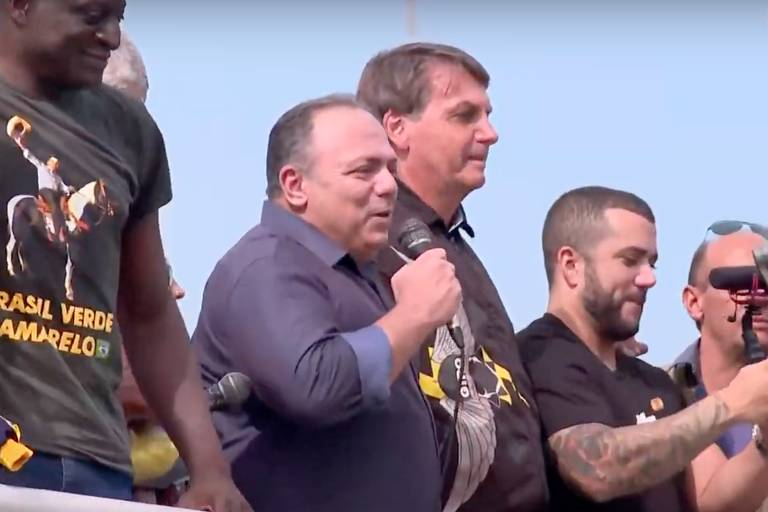 Sem máscara, o ex-ministro da Saúde Eduardo Pazuello participa de ato em apoio a Bolsonaro neste domingo (23) com motociclistas no Rio de Janeiro