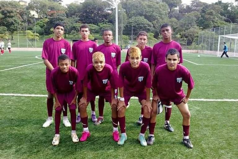 Na primeira fileira, o segundo da esq. para a dir., Kevin aos 14 anos jogando no time Grêmio Massa