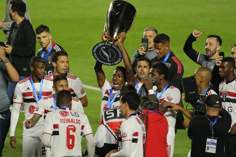 Jogadores do São Paulo celebram o título com a taça do Campeonato Paulista no gramado do Morumbi