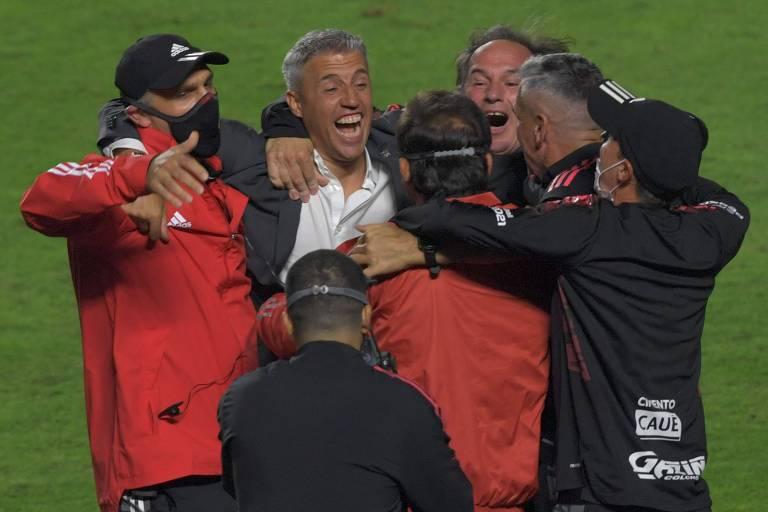 O técnico Hernán Crespo comemora com sua comissão técnica a conquista do Paulistão; agora o foco é a Libertadores