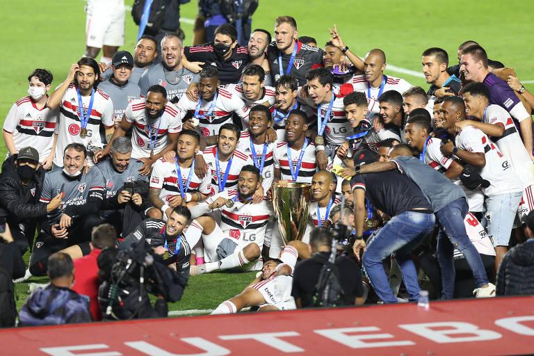Jogadores do São Paulo posam com as medalhas de campeões estaduais após a vitória sobre o Palmeiras