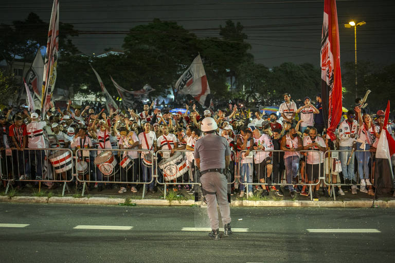Torcida do São Paulo provoca aglomeração fora do Morumbi na final do estadual