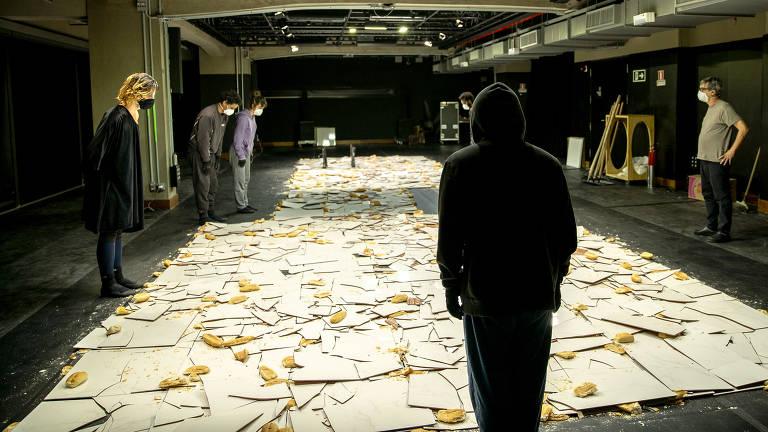 'Chão-pão', ação do projeto de Nuno Ramos