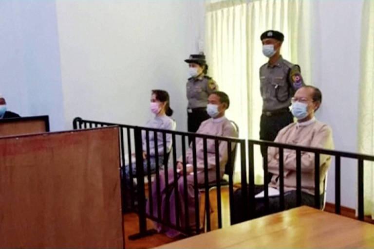 Aung San Suu Kyi no tribunal de Naypyitaw, em Mianmar, nesta segunda-feira (24)