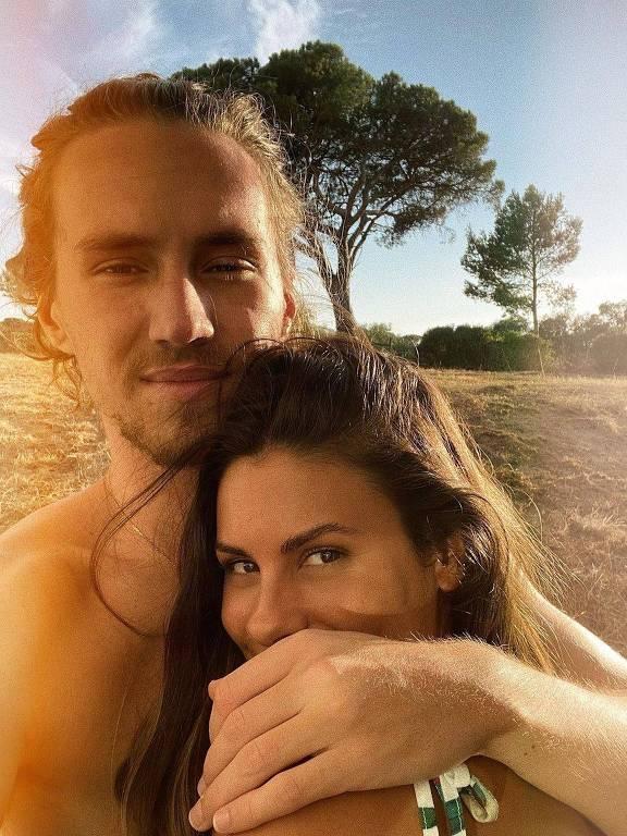 O casal Vitor Kley e Carolina Loureiro