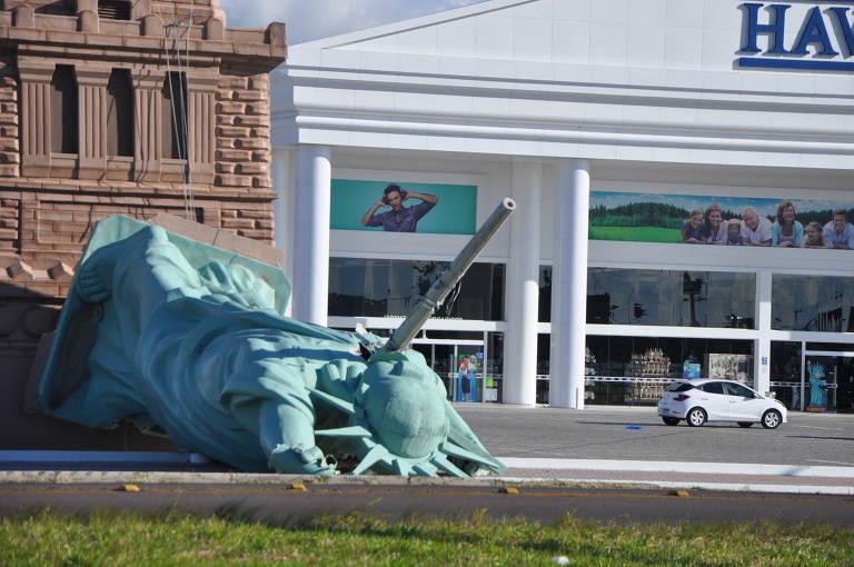 Estátua da Liberdade, que se tornou símbolo da Havan, cai no RS
