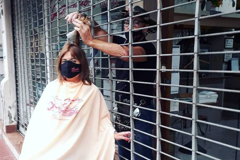 Performance contra lockdown na Argentina viraliza com corte de cabelo por meio de grade