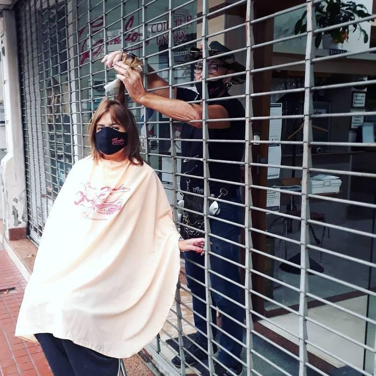 Protesto do cabeleireiro Emilio Sguazzini, em Rosario, contra medidas impostas para conter o coronavírus na Argentina
