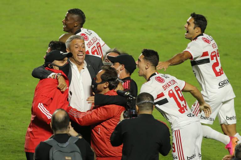 Crespo comemora com os jogadores e a comissão técnica do São Paulo a conquista do Paulista