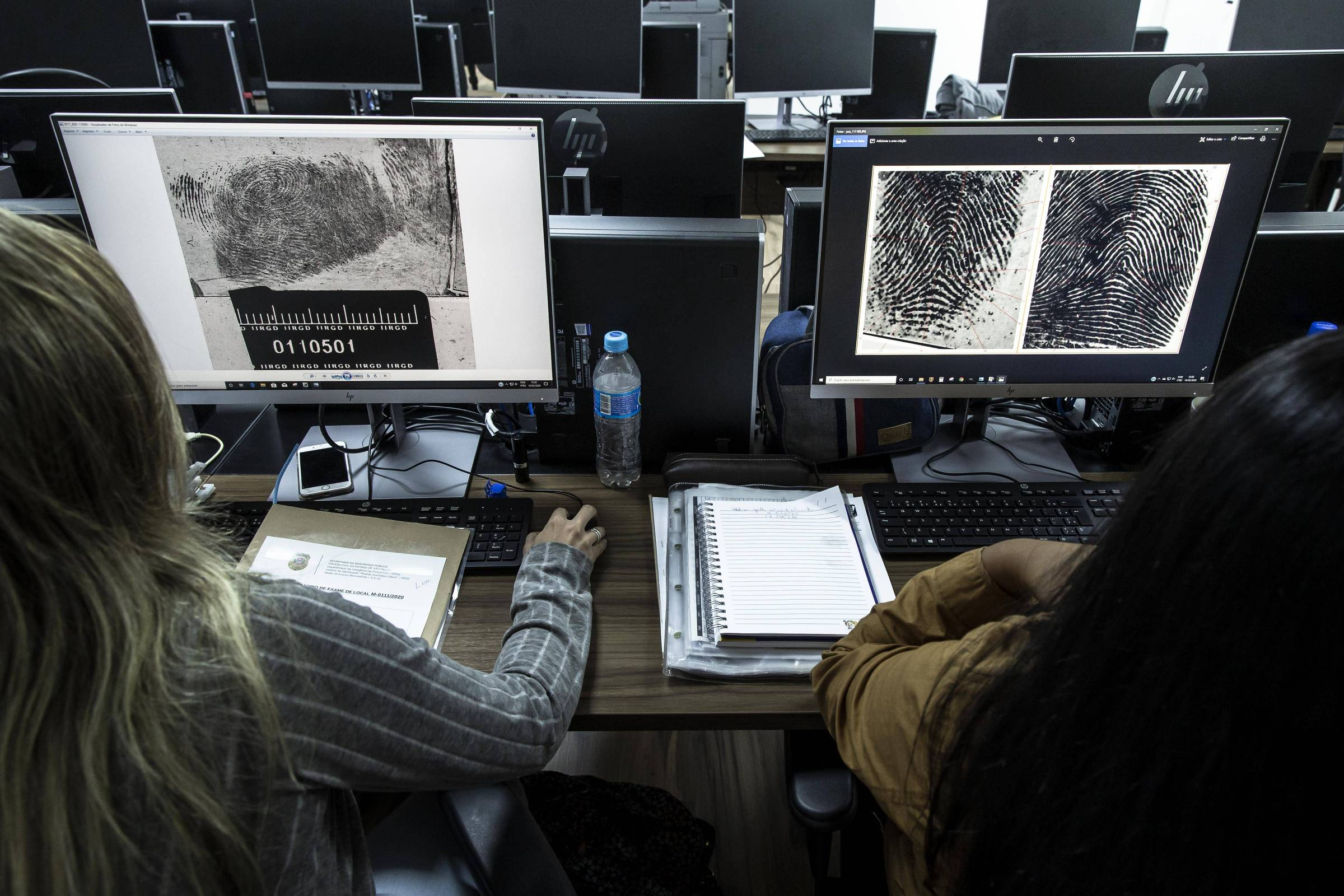 Policiais trabalham em setor de identificação em São Paulo: erros de identidade são segunda maior causa de prisões injustas