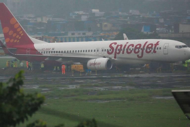 Casal freta avião para se casar com cem convidados a bordo na Índia
