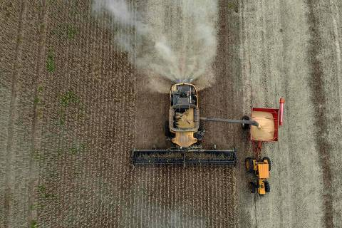 Aerial view of a combine harvester being used to harvest soybeans in a field at Salto do Jacui, in Rio Grande do Sul, Brazil, on April 5, 2021. - Rio Grande do Sul is the third-largest state producer of grain in the country, which is the world's largest producer of soy. According to the Ministry of Agriculture, production should reach a new record, estimated at 135.5 million tons, approximately 8.6% more tons than the 2019/20 harvest. (Photo by SILVIO AVILA / AFP)