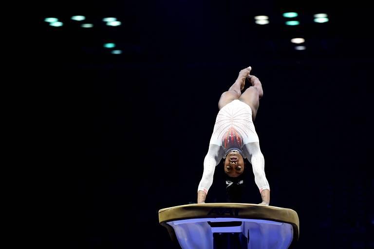 Biles realiza o salto Yurchenko sobre o cavalo durante o Campeonato Americano de Ginástica, em Indianápolis