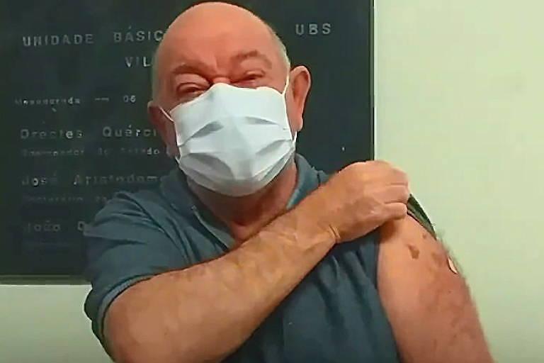 os 66 anos, Sérgio Rosa, dos Demônios da Garoa, toma vacina contra a Covid-19, em São Paulo