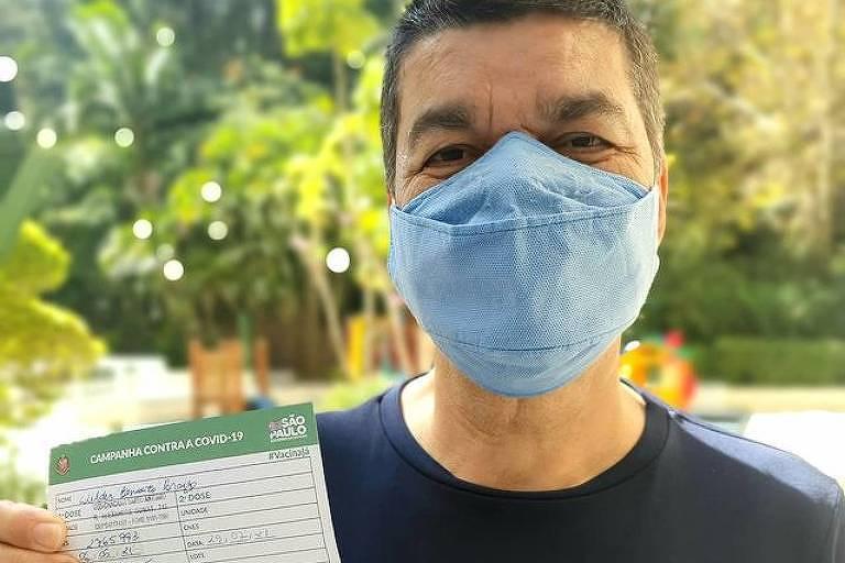 Dedé Paraizo toma a primeira dose da vacina Pfizer, em 6 de maio, na zona sul de São Paulo