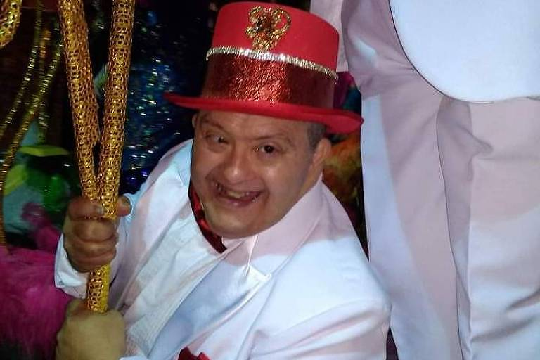 Homem desfila em bloco carnavalesco
