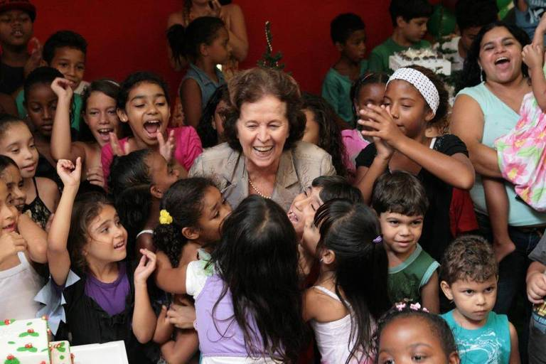 senhora rodeada por crianças