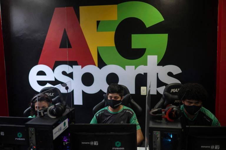 Os membros da equipe de e-sports do AfroGames Gabriela Ferreira 19, Thiago Pestana, 21, e Yuri Souza, 20, jogam um videogame chamado League of Legends (LoL) durante um treinamento na ONG AfroReggae sede da favela Vigário Geral no Rio de Janeiro, Brasi