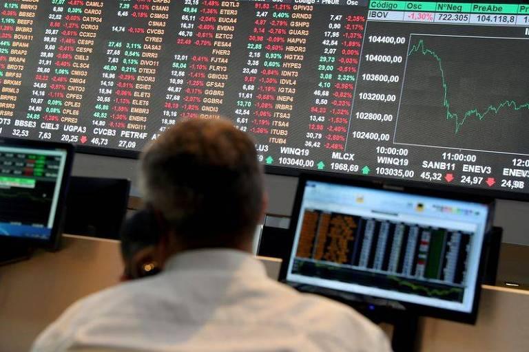 Bolsa cai e dólar volta a fechar acima de R$ 5 com ruído político na CPI da Covid