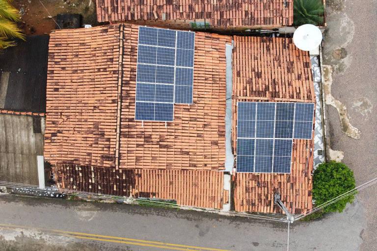 Casa com painéis solares vista do alto