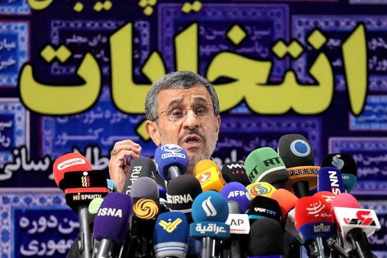 O ex-presidente do Irã Mahmoud Ahmadinejad fala com a imprensa após registrar sua candidatura para a eleição deste ano