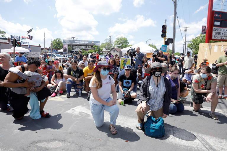 Manifestantes ajoelham durante o ato em homenagem a Floyd em Minneapolis