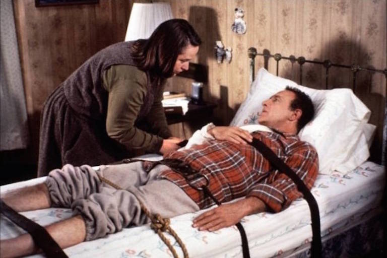 "Kathy Bates e James Caan no filme ""Louca Obsessão"""