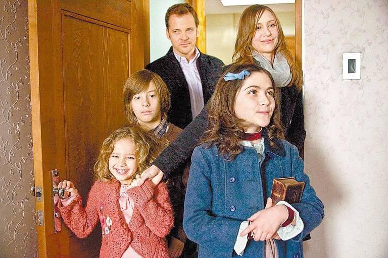 "Aryana Engineer, Jimmy Bennett, Peter Sarsgaard, Vera Farmiga e Isabelle Fuhrman, em cena de ""A Órfã"""