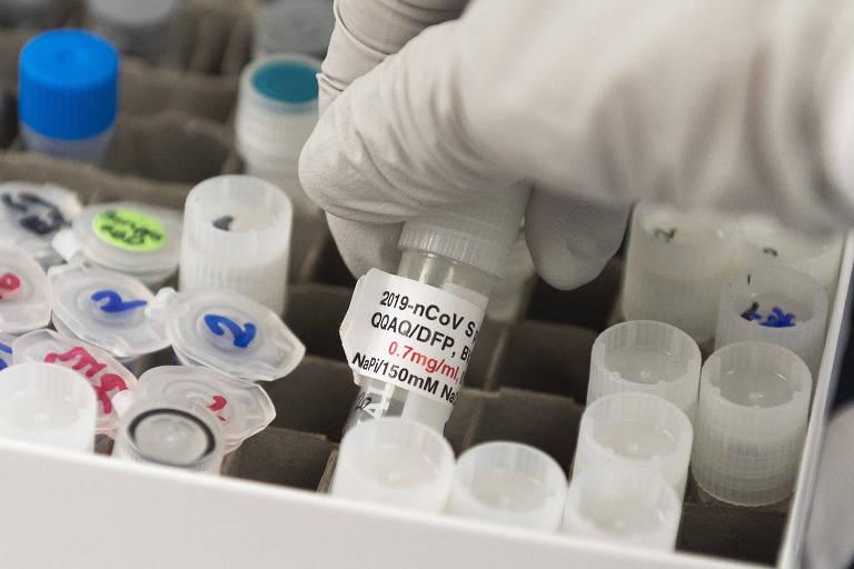 Frasco da vacina Novavax, formulada a partir da proteína do coronavírus combinada a uma nanopartícula que carrega o antígeno até o corpo humano